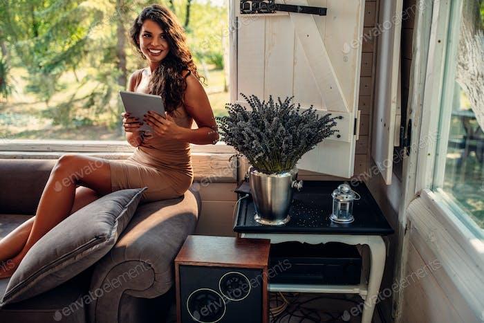 Прокрутка социальных сетей с дивана