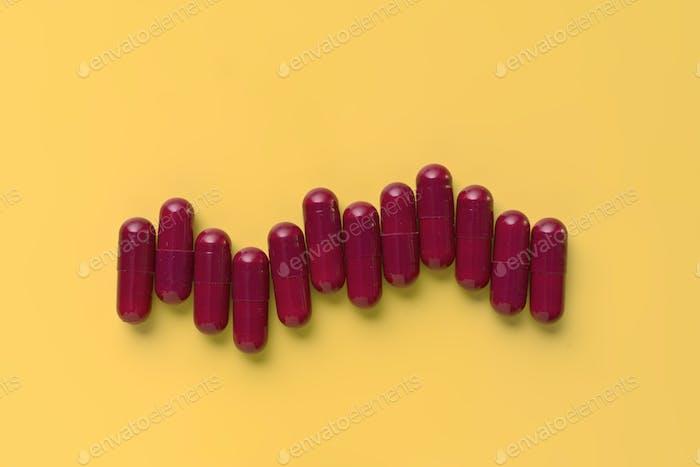 bunte Pillen auf gelbem Hintergrund isoliert