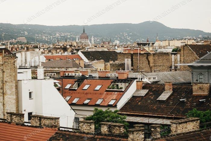 schöne Dächer des alten Gebäudes in Budapest Stadt, Reisekonzept, alte europäische Stadt