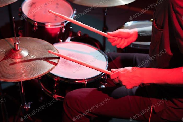 Drummer spielt im Plattenstudio