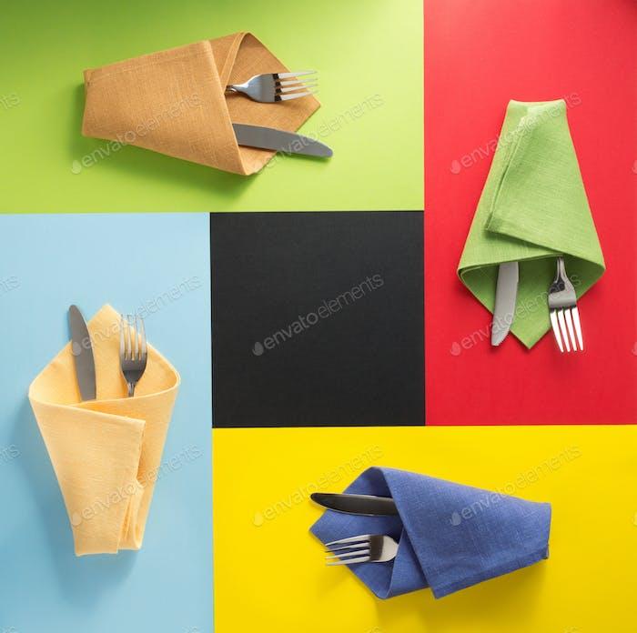 Messer und Gabel an Serviette