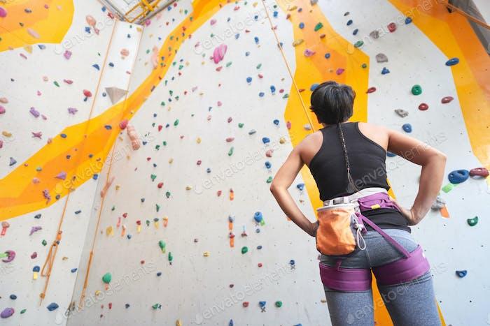 Bereit, die Wand zu klettern