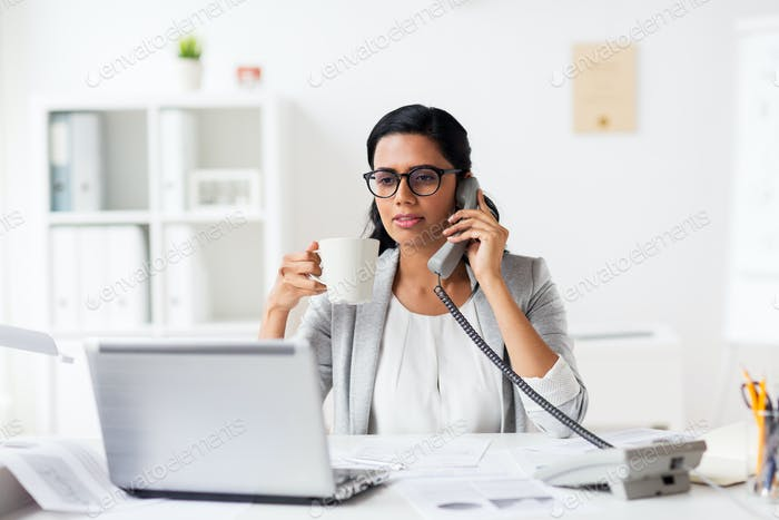 mujer de negocios llamando por teléfono en la oficina
