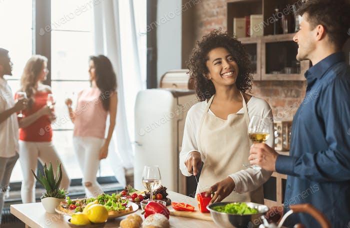 lindo jóvenes mixto pareja preparar cena en Cocina