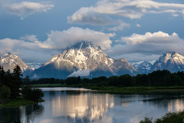 Berge im Grand Teton Nationalpark am Morgen. Oxbow Bend auf dem Snake River.
