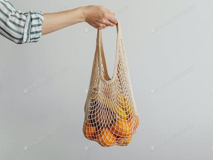 Frau Hand halten Mesh Tasche