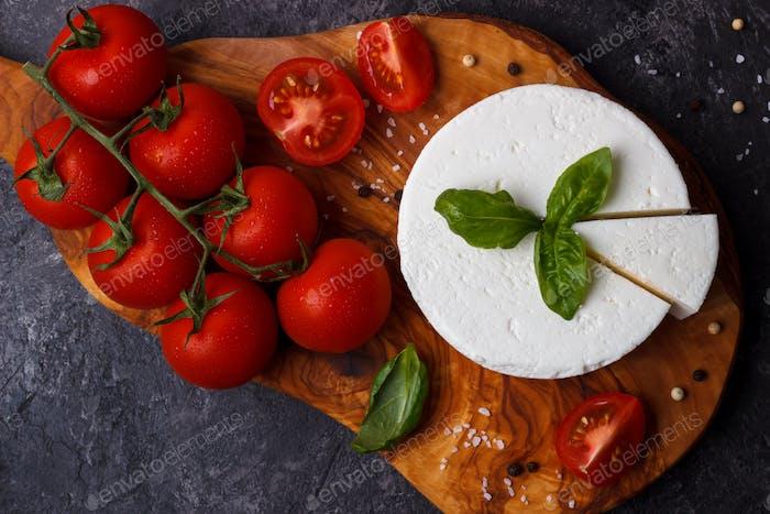 Ricotta-Käse mit Basilikum und Tomaten