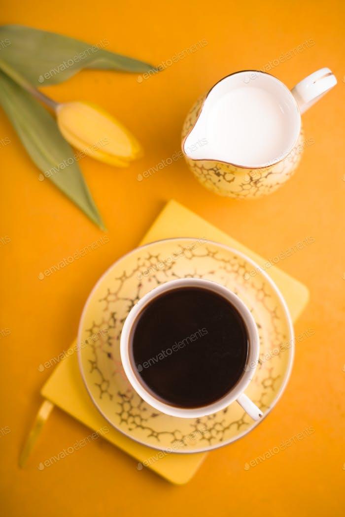 Tasse Kaffee und Milchkännchen auf dem Hintergrund