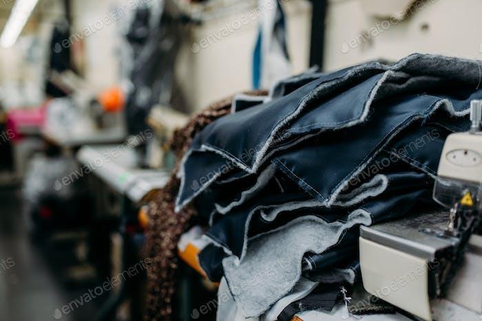 Material zum Schneiden der Kleidung, Nähmaschine