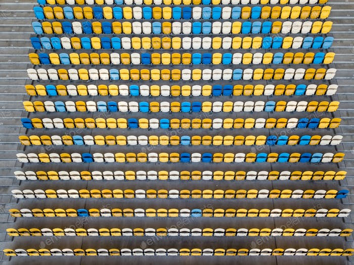 KIEV, UKRAINE - 19. Juli 2018.Panoramablick von der Drohne von Tribünen mit gelben und blauen Sitzen von