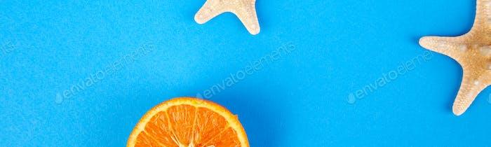 Banner del concepto de verano. Fruta de naranja y estrellas de mar