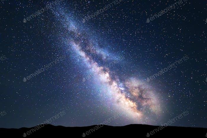 Bunte Nacht Landschaft mit hellen Milchstraße