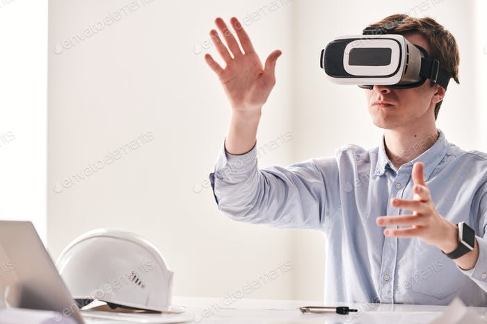 Engineer using virtual reality device