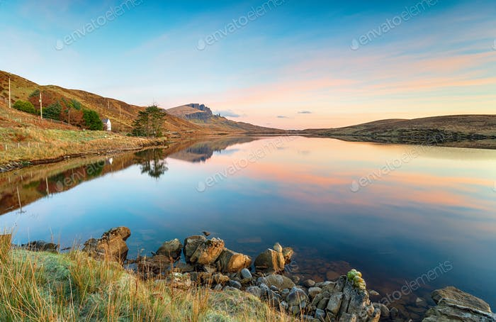 Sonnenaufgang am Loch Fada in Schottland