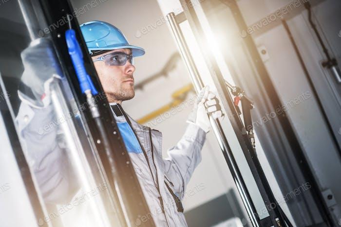 CNC-Techniker schauen