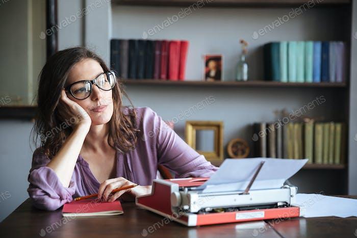 Nachdenklich Reifen Autorin in in Brillen denken und schauen weg