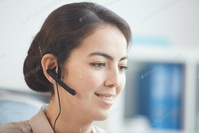 Lächelnd weiblich Operator Tragen Headset