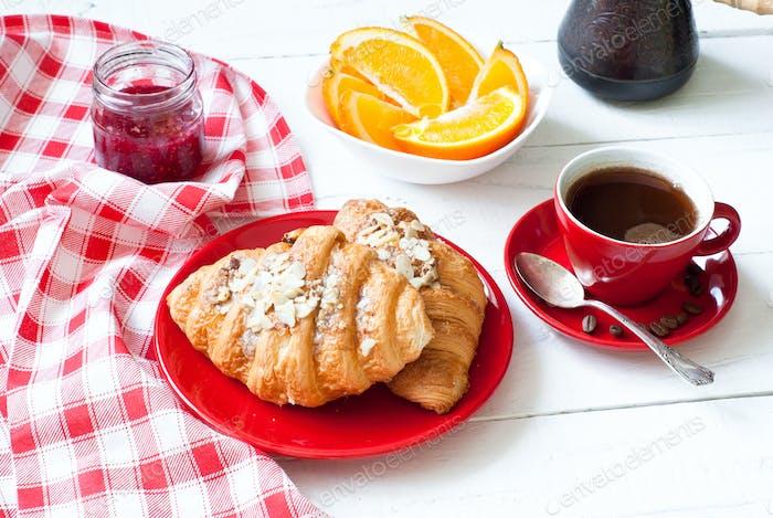 Frühstück mit Kaffee und Croissants.