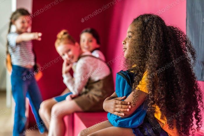 школьницы издеваются над своим афроамериканским одноклассником в школе