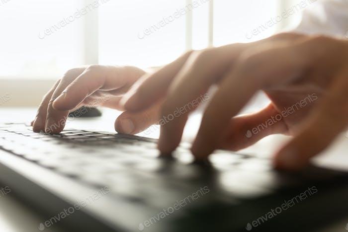Niedrige Ansicht eines Geschäftsmanns, der auf einer Computertastatur tippt