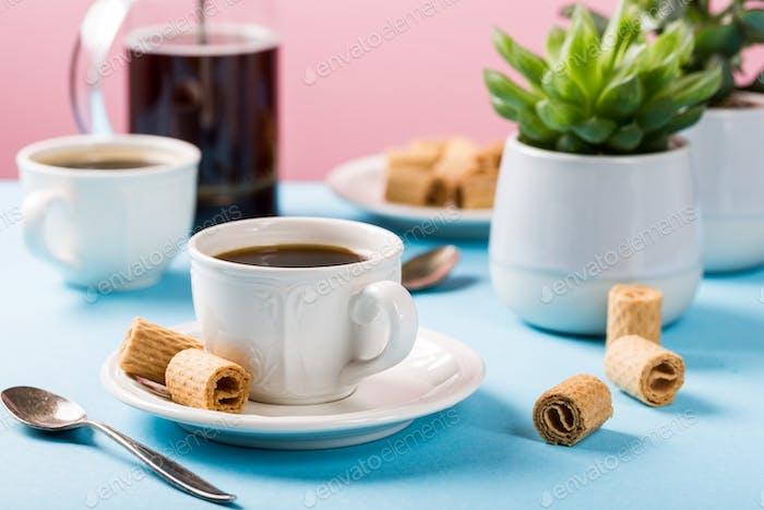 Zwei Tassen Kaffee mit Waffeln