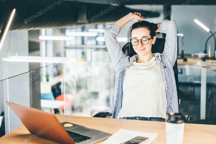 mujer freelance tomando un descanso en el lugar de trabajo en co-working