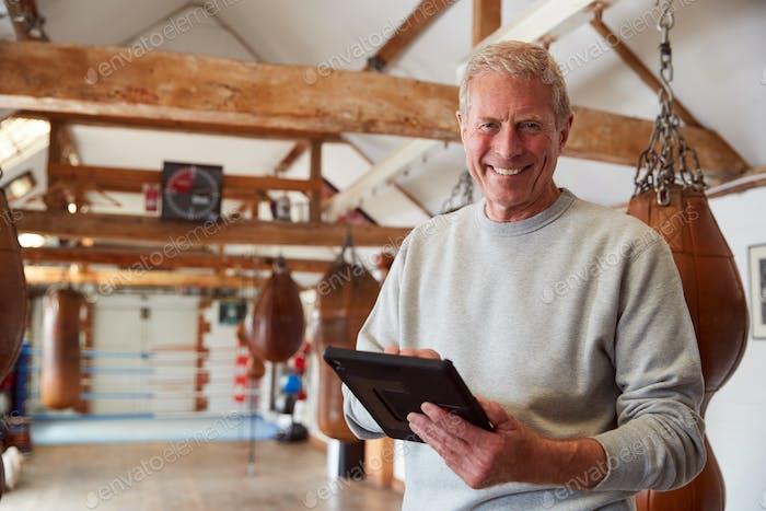 Porträt Von Lächeln Senior Männlich Boxing Coach In Gym Tracking Training Mit Digital Tablet