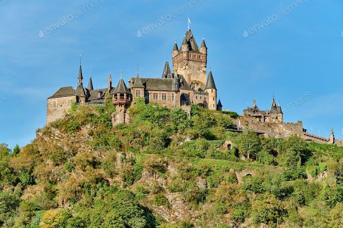 Schönes Reichsburg auf einem Hügel in Cochem, Deutschland