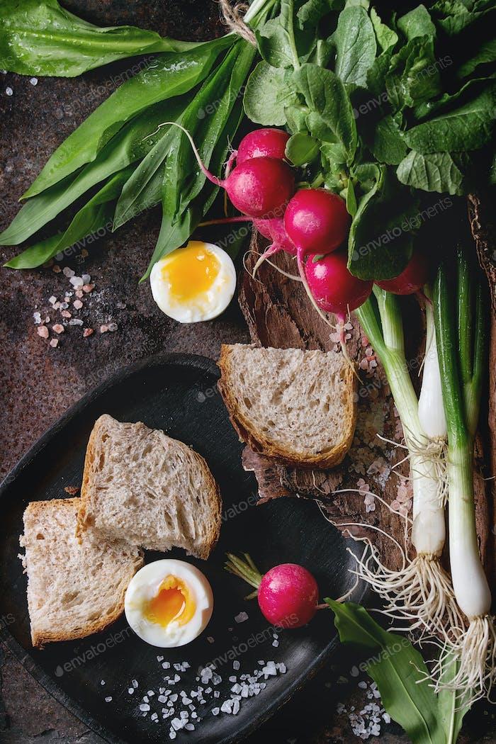 Almuerzo con verduras y pan