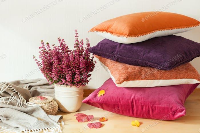 bunte Kissen werfen gemütliche Hause Herbst Stimmung Blume