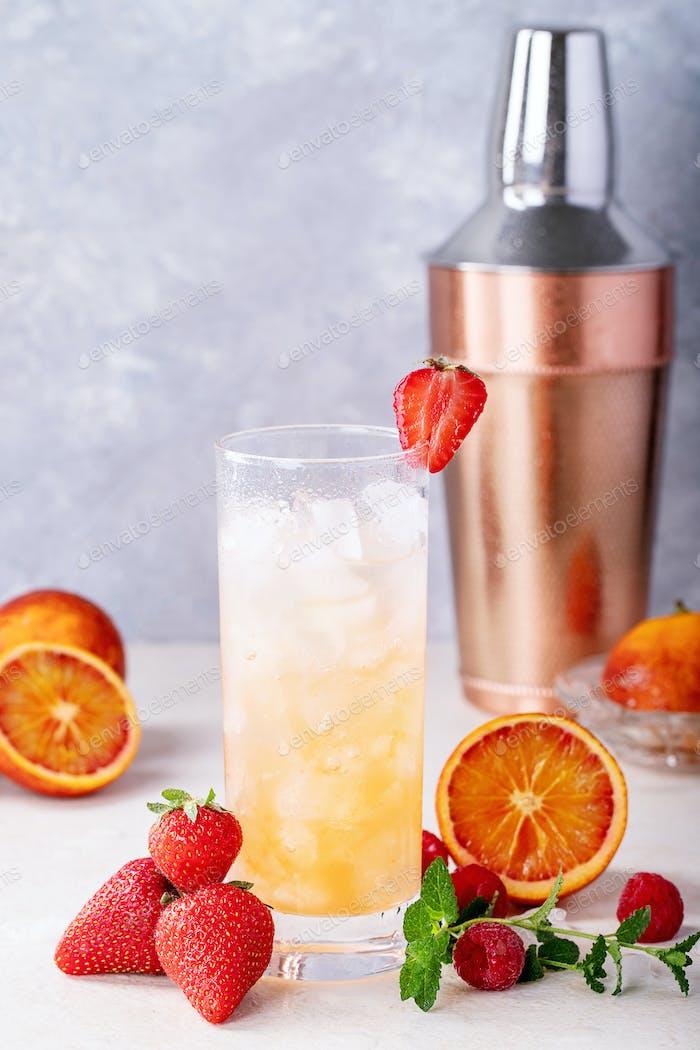 Blutorangencocktail mit Gin