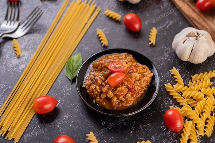 Sauce zum Braten von Spaghetti oder Pfannenrühren von Makkaroni auf einem schwarzen Teller.