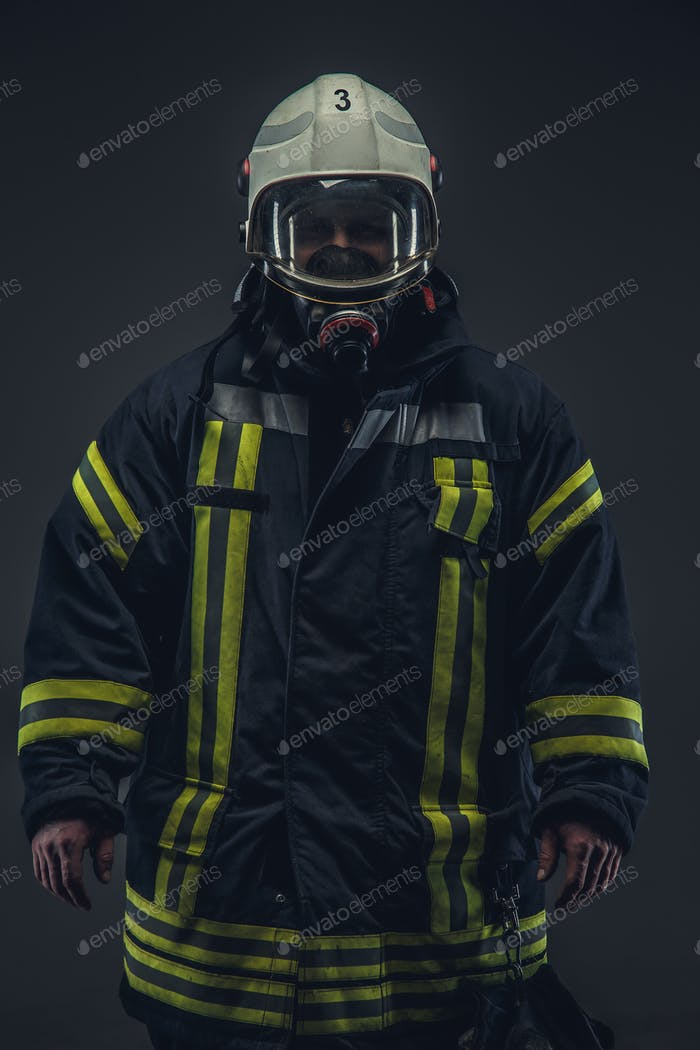 Feuerwehrmann in Uniform und Sauerstoffmaske.