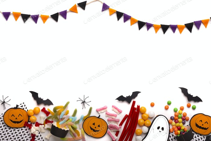 Happy Halloween-Konzept mit farbigen Weihnachtsbonbons auf weiß