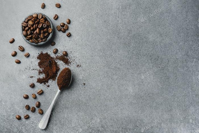 Granos de café en cuenco sobre fondo gris