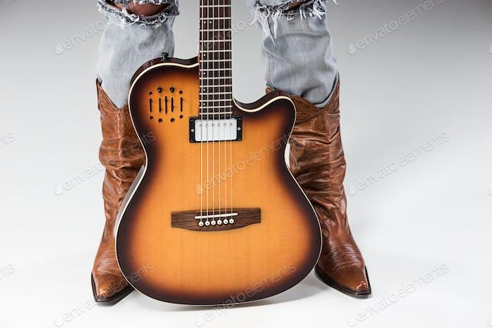 Beine in Jeans und Cowboys Boots