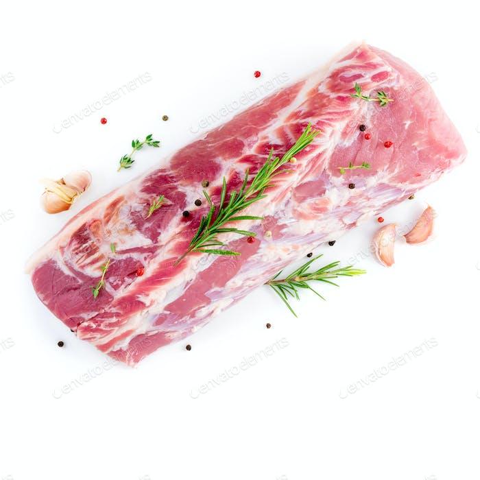 großes Fleischstück, rohes Schweinefleischkarbonatfilet auf weißem Hintergrund isoliert, mit Rosmarin