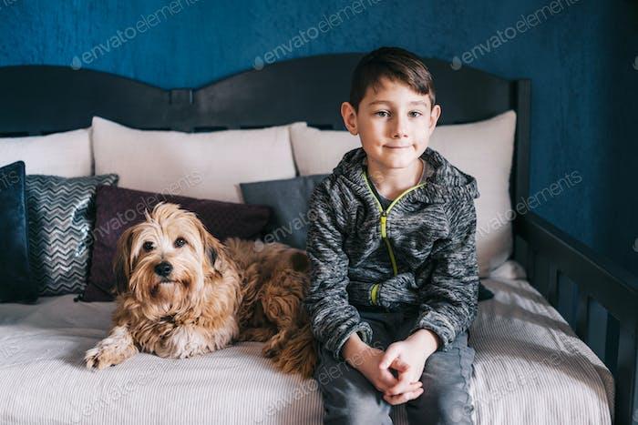 Kleiner Junge und sein Hund