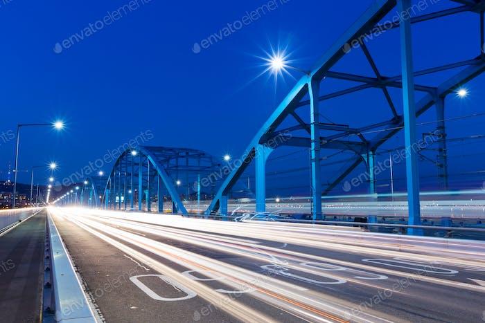 Besetzter Verkehr auf der Autobahn in der Nacht