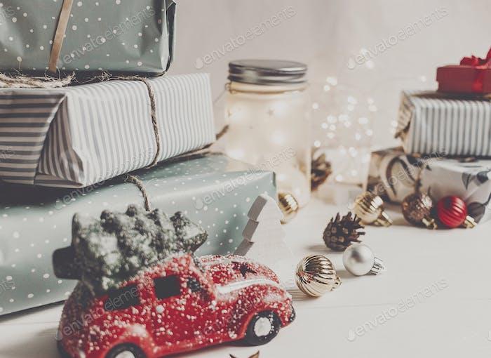adornos de Navidad modernos y juguete de coche con árbol