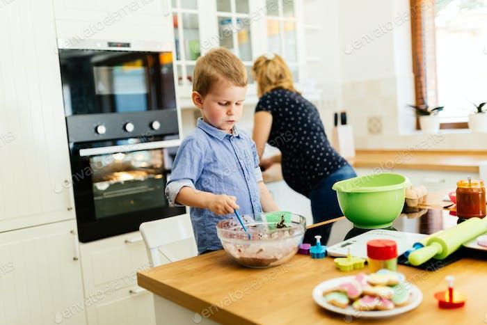 Kind hilft Mutter Kekse zu machen