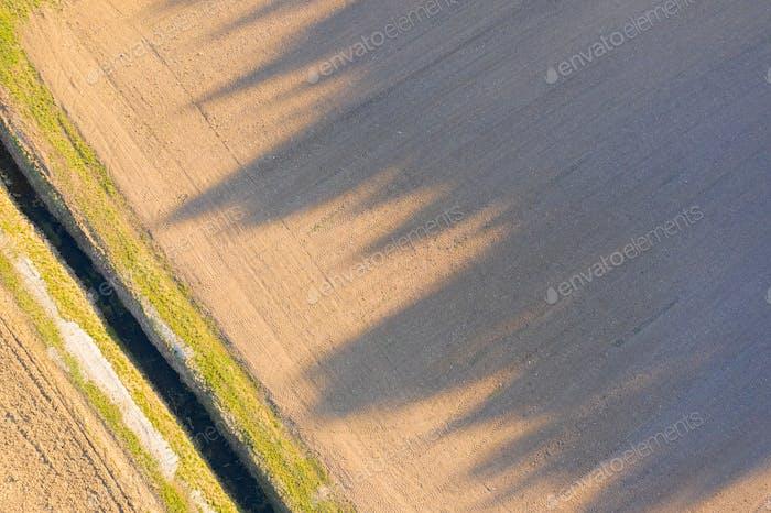 Pflügeplatz im ländlichen Gebiet. Landschaft der landwirtschaftlichen Felder