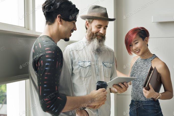 Gente Amistad Discusión Togetherness Tableta Digital Concepto
