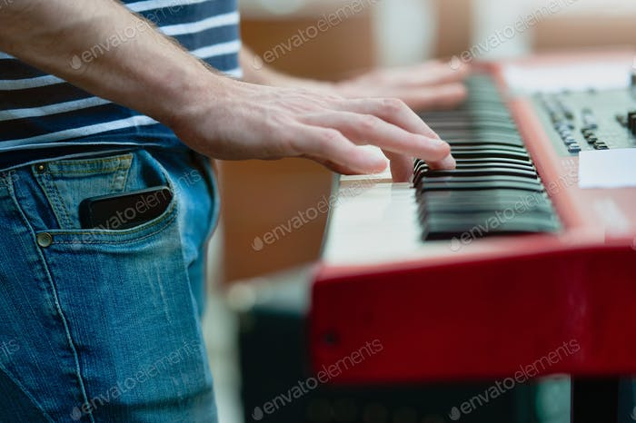 Keyboard player detail