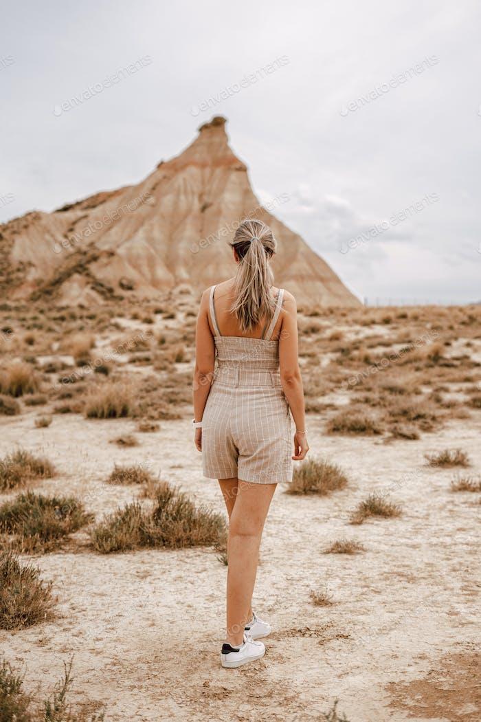 Mujer joven en el desierto