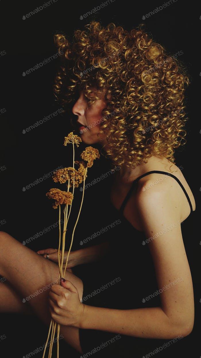 Elegante retrato de una joven rubia