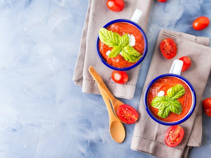 Tomatensuppe in Emaillebechern