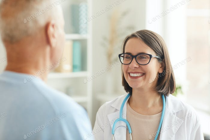 Lächelnde Ärztin Blick auf Senior Patient