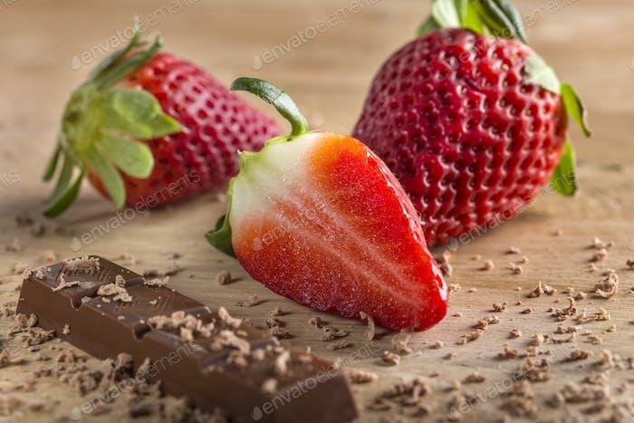 Schokoladenriegel und Erdbeeren