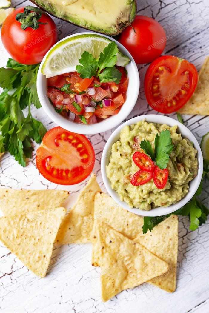 Guacamole, Tomatensauce Salsa und Chips Nachos
